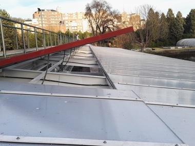 Reparación de ventana motorizada y cambio de cubierta de plástico policarbonto celular en invernadero de Madrid.