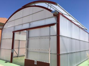 Invernadero para colegio discapacitados. Policarbonato y pantalla térmica. Mesas de cultivo