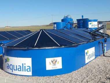 Montaje Cubierta de plastico con perfiles de invernadero en depuradora aguas residuales para investigación