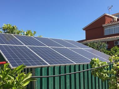 Instalación Paneles solares Fotovoltaicos FV casa chalet aislado en autoconsumo conectado a red en Madrid.