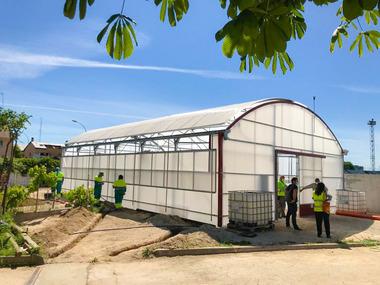 Invernadero de policarbonato en Parla (Madrid) para niños discapacitados.